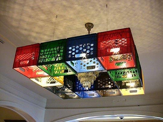 Lámpara hecha con cajas de plástico
