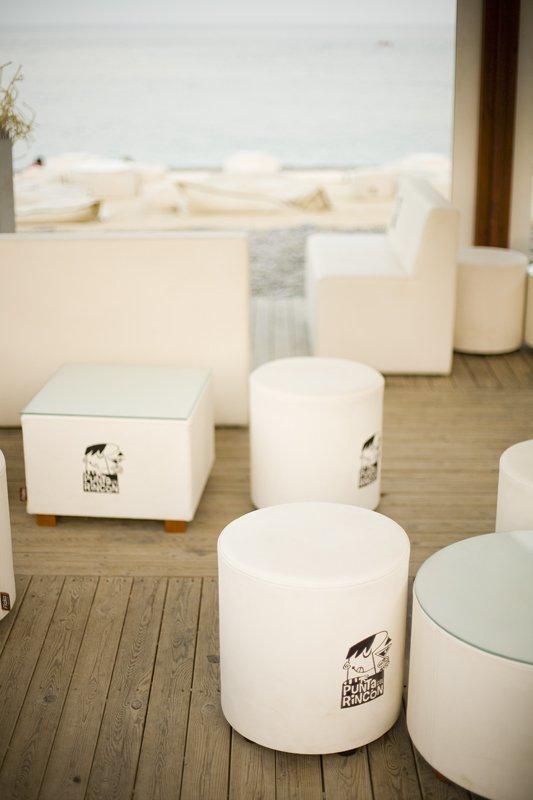 Muebles de estilo chill out Fiaka Ambient en el chiringuito Punta del Rincón.