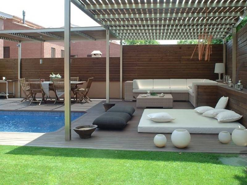 Consejos para la decoraci n de una piscina chill out for Casa grande con piscina y jardin