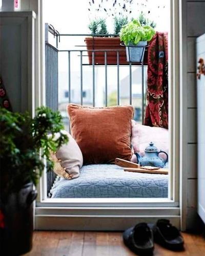 Balcon-muy-pequeño-decorado-con-colchonetas