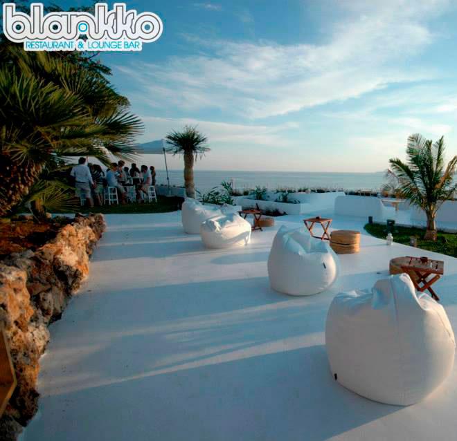 Blanko, terraza con puff y mesas