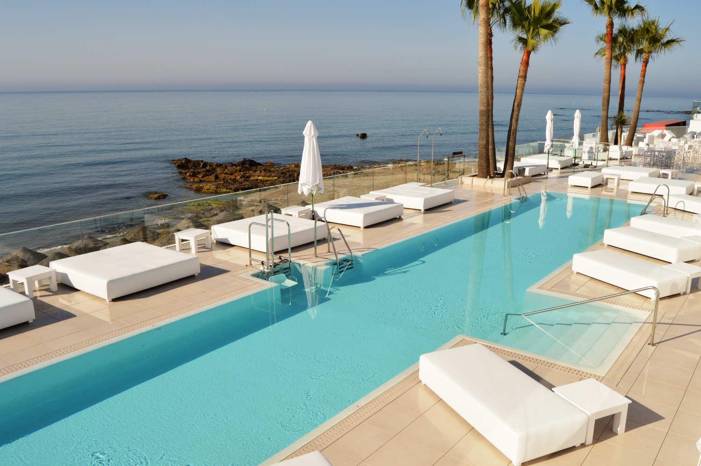 Max Beach, puff y mesas en piscina