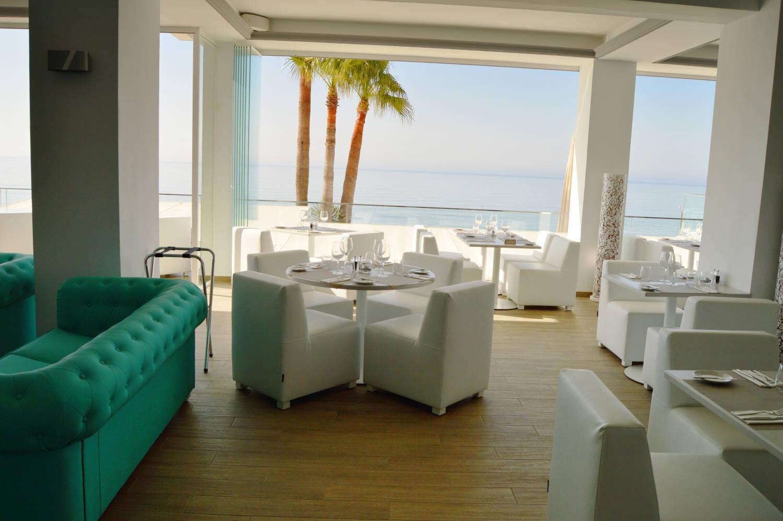 Max Beach, sofas, silla y mesa